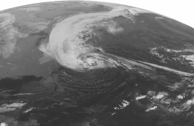 Imagem do satélite NOAA mostra a aproximação do furacão Sandy sobre a Costa Leste dos EUA nesta segunda-feira (29) (Foto: AP)