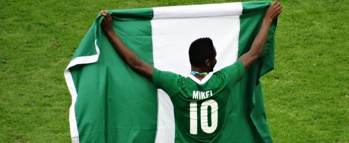 Obi Mikel comemora muito a conquista do terceiro lugar no Mineirão (Foto: Maurício Paulucci)