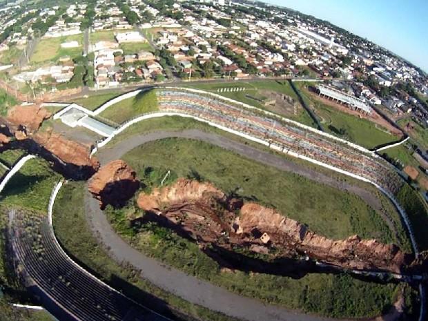 Cratera no Centro Poliesportivo de Umurama engoliu uma rua que dá acesso a dois bairros (Foto: Arquivo pessoal/ Fernando Perassoli)