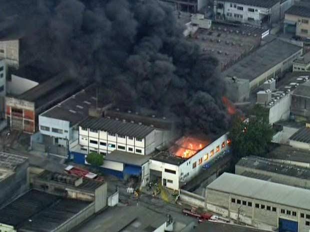 Bombeiros enviaram 16 equipes para combater as chamas (Foto: Reprodução/TV Globo)