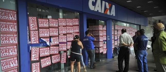 Agências tiveram cartazes colocados em suas fachadas (Foto: Antonio Cruz / Agência Brasil)