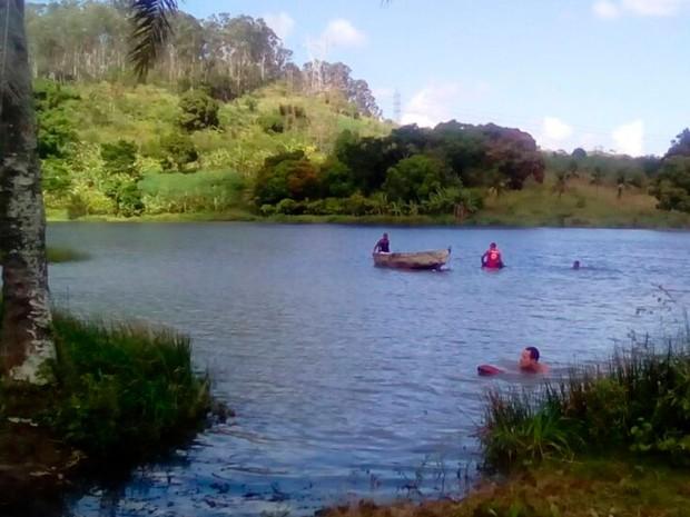 Vítima foi encontrada em lagoa de Simões Filho (Foto: Corpo de Bombeiros)