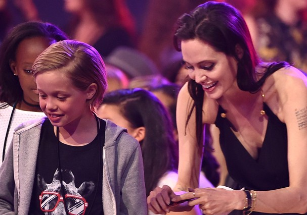 INGLEWOOD, CA - MARCH 28:  (2nd from L-R) Zahara Marley Jolie-Pitt, Shiloh Nouvel Jolie-Pitt and actress Angelina Jolie in the audience during Nickelodeon's 28th Annual Kids' Choice Awards held at The Forum on March 28, 2015 in Inglewood, California.  (Ph (Foto: Getty Images)