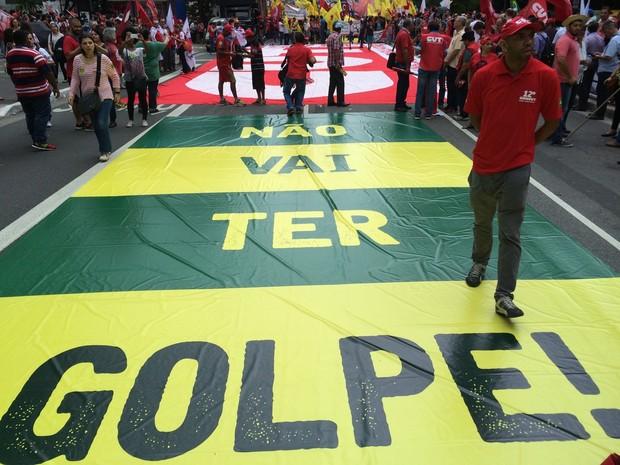Faixas colocadas no chão durante manifestação na Avenida Paulista (Foto: Karina Godoy/G1)