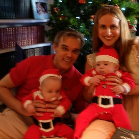 Dalton posa com a mulher, Camila, e os filhos gêmeos, David e Arthur em foto do álbum da família (Foto: reprodução)