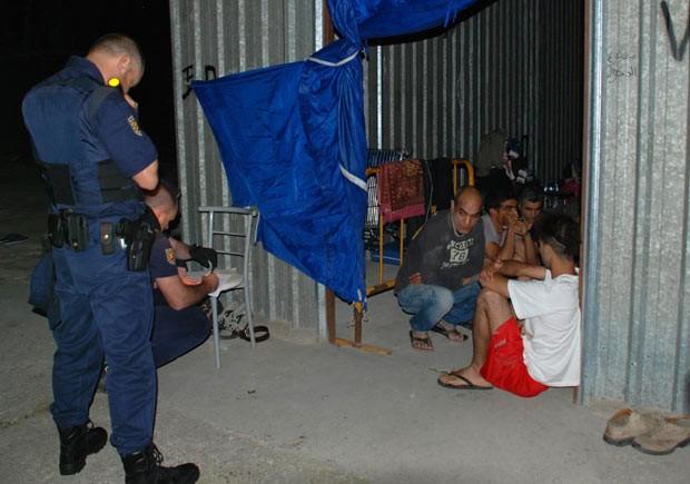 Foto divulgada pela polícia mostra o momento da prisão dos tunisianos (Foto: AFP)