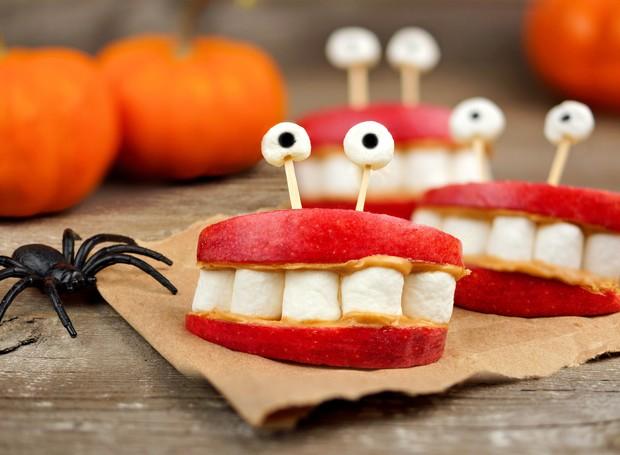 Monstro dentuço: corte pedaços de maçã, passe doce de leite ou pasta de amendoim, recheie com marshmallows e monte como se fosse um sanduíche. Ah, não se esqueça de um palitinho para segurar os olhos, que podem ser feitos de balas.  (Foto: Thinkstock)