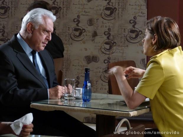 César considera a proposta de Edith (Foto: Amor à Vida / TV Globo)