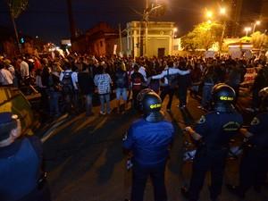 Manifestantes se concentram em frente ao Terminal Central de Integração para novo protesto em Piracicaba (Foto: Mauricio Gil/colaboração para o G1)