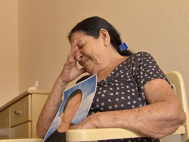 Mãe de Dandara dos Santos. Senhora Francisca Ferreira ficou desesperada quando soube da morte da filha (Foto: Reprodução/TV Verdes Mares)