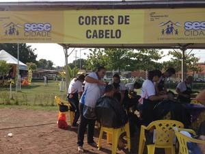 Senac ofereceu corte de cabelo gratuito para a comunidade (Foto: Gaia Quiquiô)