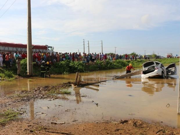 Com impacto, poste caiu e ficou por cima do veículo (Foto: Marcelino Neto)