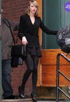 Look do dia: Taylor Swift sai toda de preto e com batom vermelhão