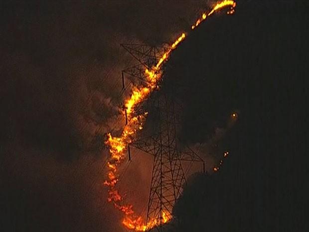 Fogo atinge área de mata na Grande SP (Foto: Reprodução/TV Globo)