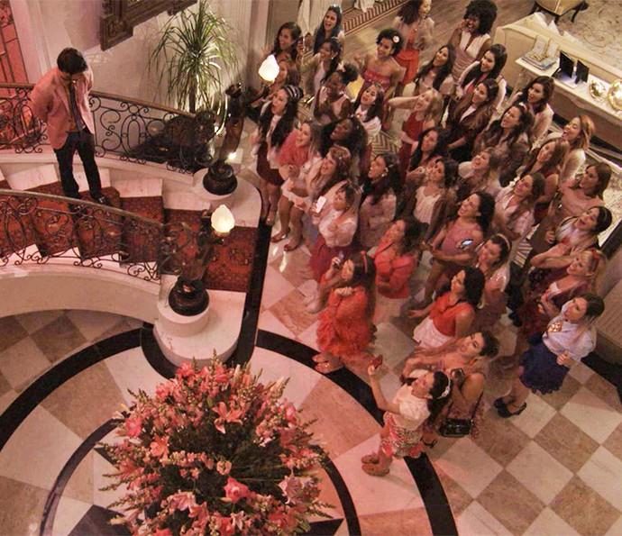 Fedoretes fazem alarde ao verem a rainha na escada da mansão (Foto: TV Globo)