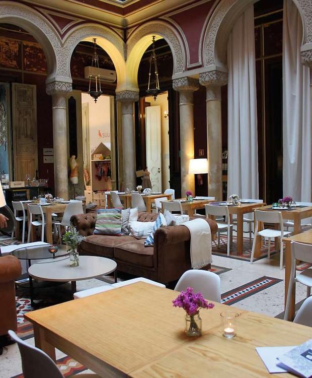Jardim interno da Embaixada, onde funcionam o restaurante Less e o bar Gin Lovers (Foto: Cláudia Pixu)