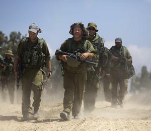 Soldados israelenses patrulham a fronteira entre Israel e a Faixa de Gaza (Foto: Dusan Vranic/AP)