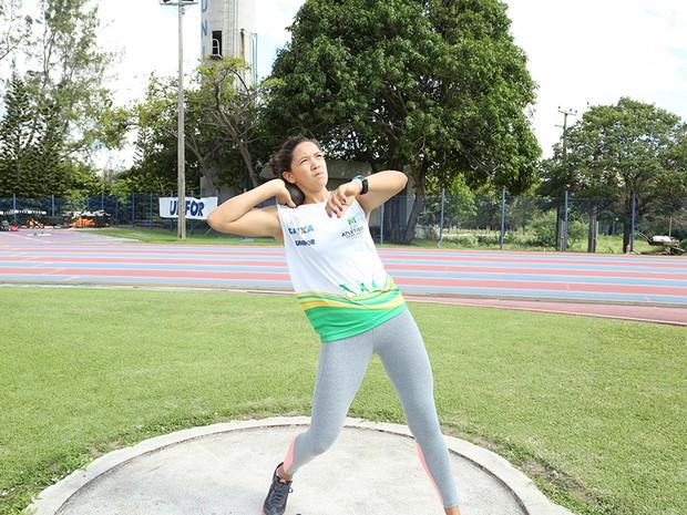 A atleta atingiu o novo recorde cearense juvenil e adulto com a marca de 13m25 (Foto: Ares Soares/Unifor)