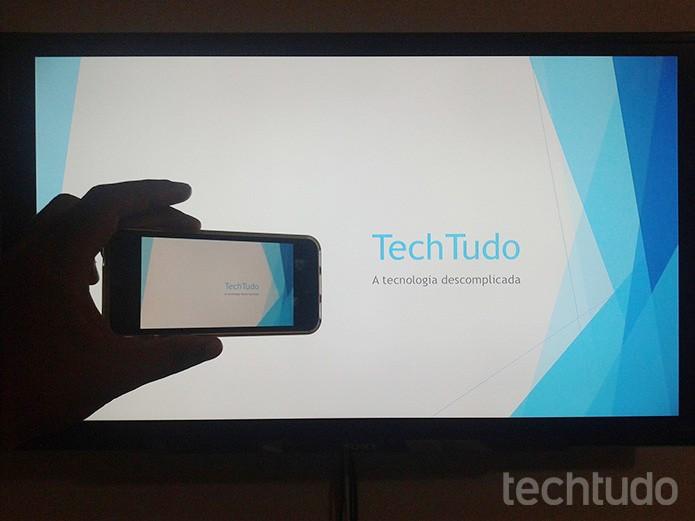 Espelhando a tela do iPhone com uma apresentação de Powerpoint em uma TV com Apple TV (Foto: Marvin Costa/TechTudo)