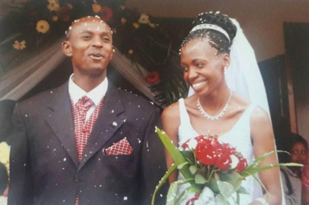Harry Olwande e Terry no dia de seu casamento, em julho de 2005 (Foto: Arquivo Pessoal)