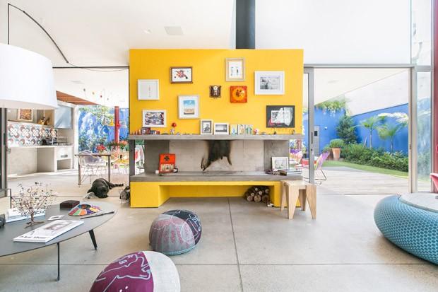 Casa paulistana é integrada e usa cores para valorizar o jardim (Foto: Divulgação)
