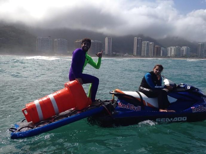 Pedro Scooby e Maya Gabeira com o cone encontrado no mar de São Conrado (Foto: Andre Callado)