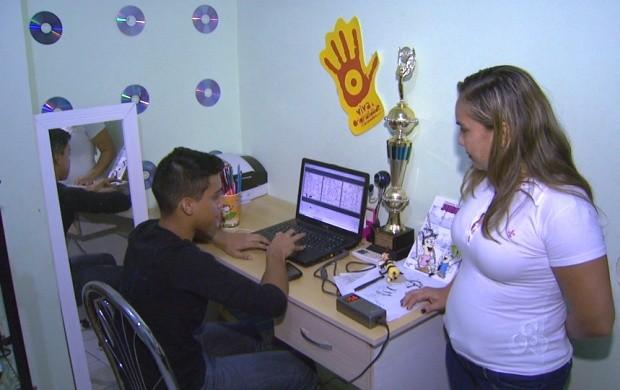 Armando Vitor desenha os personagens da Turma da Jurema em um programa de computador (Foto: Roraima TV)