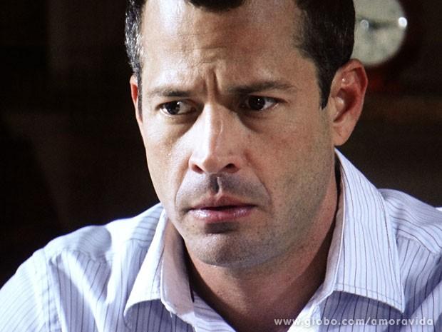 Bruno fica chocado ao saber que clínica de Paloma já teve pacientes maltratados (Foto: Amor à Vida/ TV Globo)