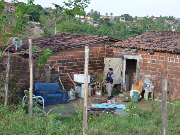 Casal foi ferido dentro de casa em Santa Rita, na Paraíba, segundo PM (Foto: Walter Paparazzo/G1)
