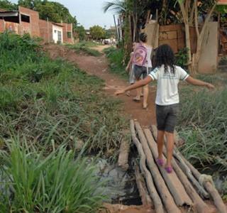Mãe mostra dificuldade que enfrenta para levar filha à escola, na Rua do Além, bairro Vila da Paz, Zona Sul de Teresina (Foto: Gil Oliveira/G1)