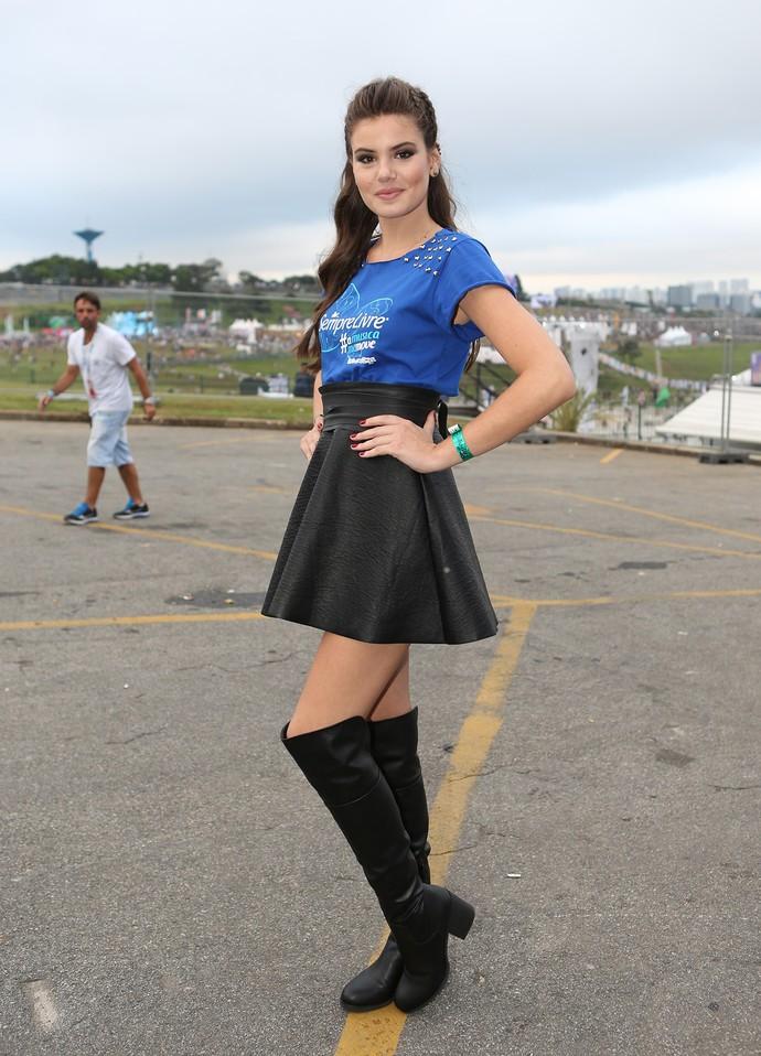 Camila Queiroz exibe look estiloso no Lollapalooza (Foto: Carol Caminha/Gshow)