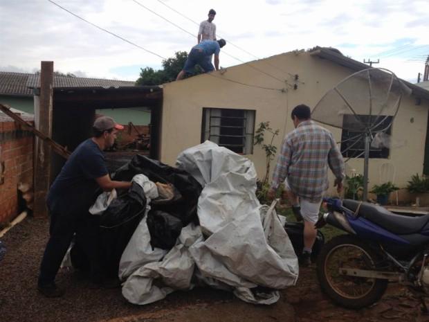 Em Corbélia, a segunda-feira (23) está sendo dedicada a reparar os estragos provocados pelo granizo (Foto: Adriana Calicchio/ RPC TV)