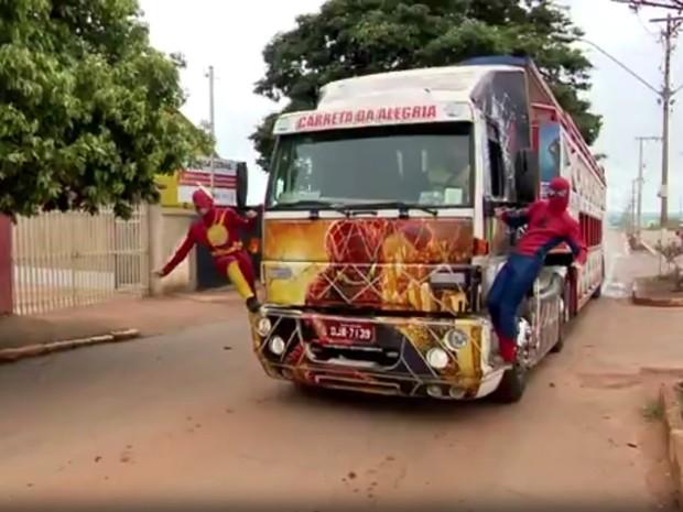 Irmãos vestidos de 'Homem-Aranha' e 'Flash' fazem sucesso em Boa Esperança. (Foto: Reprodução EPTV/Devanir Gino)