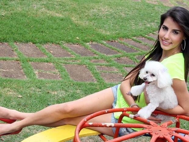 Fernanda Cury  no pet book com a  Melody, uma poodle toy (Foto: Divulgação/Ricardo Boni)