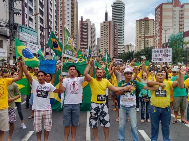 Manifestantes pedem saida da presidente e criticam corrupção em Belém (Foto: Alexandre Yuri / G1)
