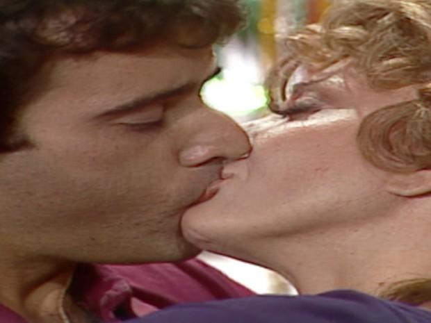 André e Ana Preta se beijam