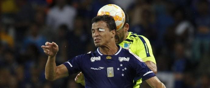 Leandro Damião, atacante do Cruzeiro, com o olho machucado (Foto: Gualter Naves / Light Press)