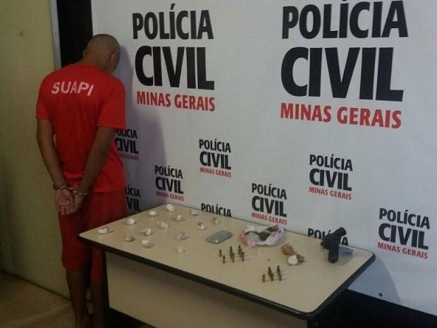 Suspeito foi preso com arma de fogo, drogas e munições no Bairro Costa Carvalho.  (Foto: (Foto: Vágner Tolendato / G1))