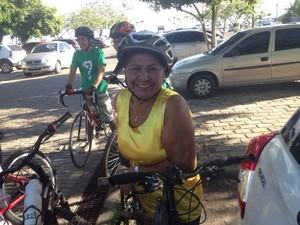 Regina Lúcia Rodrigues, 66 anos, particida todos os anos do passeio ciclístico (Foto: Rafael Moreira/GE-AP)