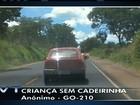 Criança é transportada em carro com metade do corpo para fora; veja vídeo
