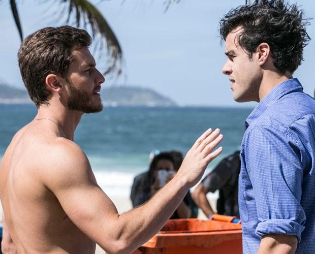 Enrico não gosta de saber que o pai teve um relacionamento com um homem (Foto: Inácio Moraes/TV Globo)