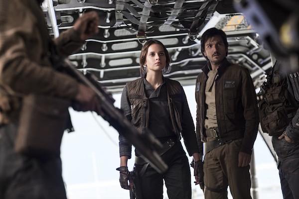 Felicity Jones e Diego Luna em cena de 'Rogue One: Uma História Star Wars' (Foto: Reprodução)