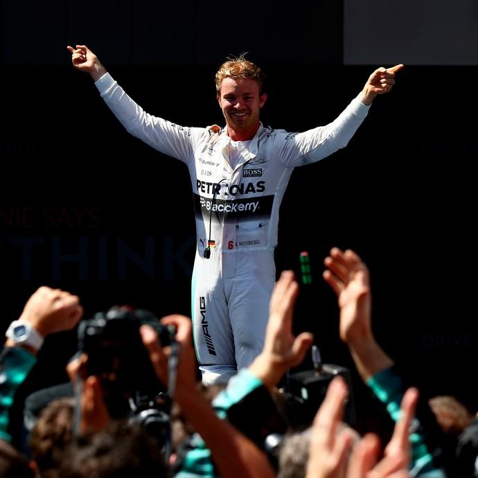 Nico Rosberg sobe na Mercedes para celebrar vitória no GP da Espanha de Fórmula 1 (Foto: AFP)