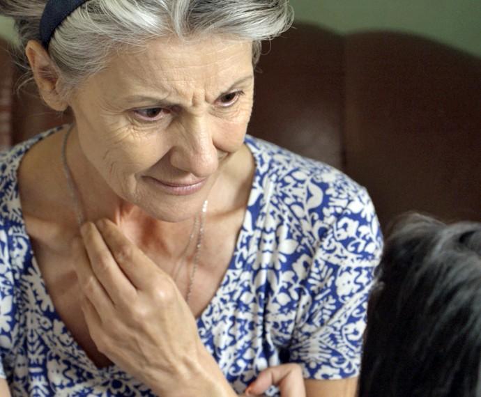 Djanira fica chocada ao ouvir o que Tóia sabe (Foto: TV Globo)