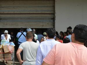 Comerciante Francisco Gomes da Silva, de 65 anos, é observado pelos consumidores que não conseguiram fazer compras na loja (Foto: Anderson Viegas/Do G1 MS)