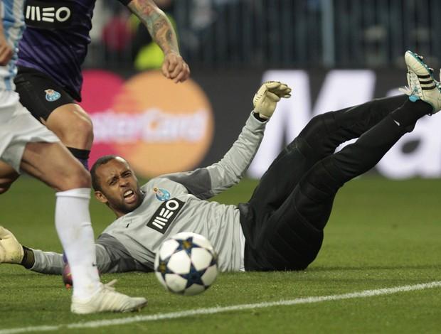 Helton sofre falta, gol anulado, Málaga x Porto (Foto: AP)