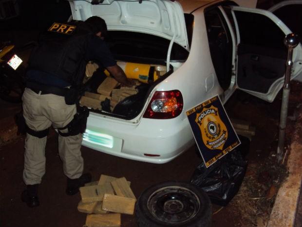 A droga estava em dois carros, com placas de Florianópolis (Foto: Divulgação/PRF)