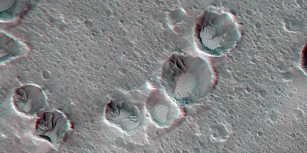 """A planície de Acidalia com algumas de suas crateras, local onde pousou missão fictícia do filme """"Perdido em Marte"""" (Foto: JPL/Nasa/Univ. do Arizona)"""