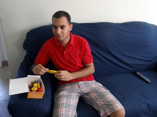 Quando está entendiado, Thiago acaba comendo chocolate. (Foto: Katherine Coutinho / G1)