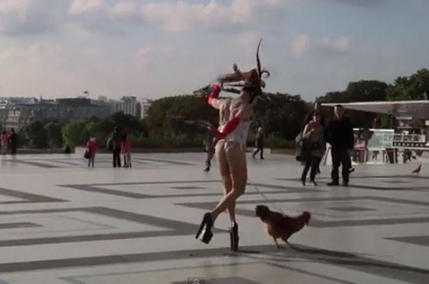 Steven Cohen, de 51 anos, dançou com um galo preso ao pênis (Foto: Reprodução/YouTube/AFP)